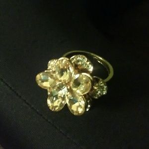 Jewelry - Beautiful Gold Flower Ring